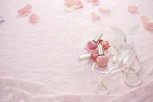 ピンクのレースの上にマニキュアとパールのネックレスと花びらの素材 [FYI00961225]