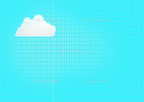 青い背景に0と1が無数に並び白い雲の素材 [FYI00961228]