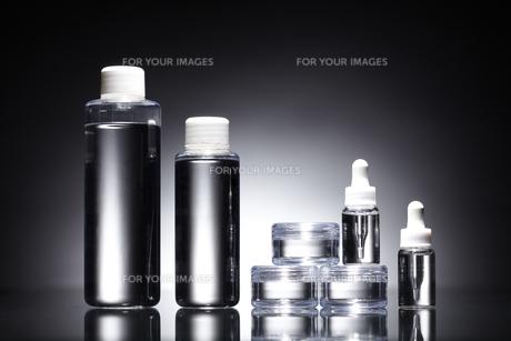黒い背景に色々な形のコスメのボトルの素材 [FYI00961256]