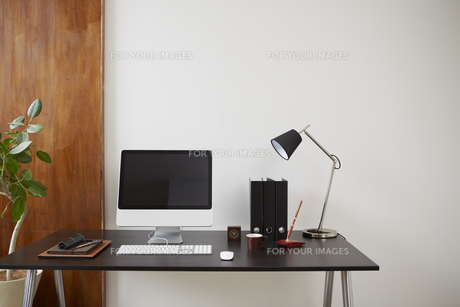 デスクのパソコンと文具にコーヒーカップの素材 [FYI00961258]