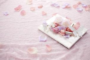 ピンクのレースの上に白いフォトスタンドとマニキュアと花びらの素材 [FYI00961282]