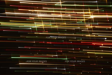 左右に流れる七色の光の筋の素材 [FYI00961449]