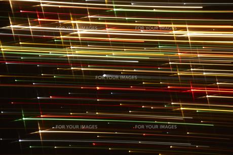 左右に流れる七色の光の筋の素材 [FYI00961513]