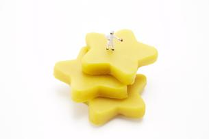 黄色い星型の粘土の上に立つ人形の素材 [FYI00961554]