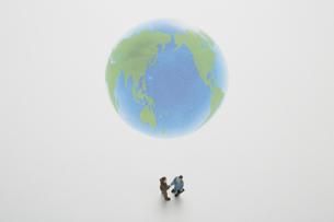 地球の前で握手をする2個の人形の素材 [FYI00961567]