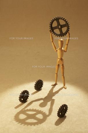 歯車を持ち上げる人形の素材 [FYI00961580]