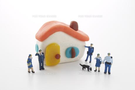 粘土の家と5人の警察官の人形と犬の素材 [FYI00961595]