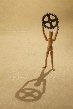 歯車を持ち上げる人形の素材 [FYI00961597]