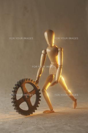 歯車を押す人形の素材 [FYI00961607]