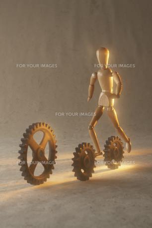 歯車を追いかける人形の素材 [FYI00961611]
