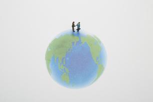 地球の上で握手をする2個の人形の素材 [FYI00961612]