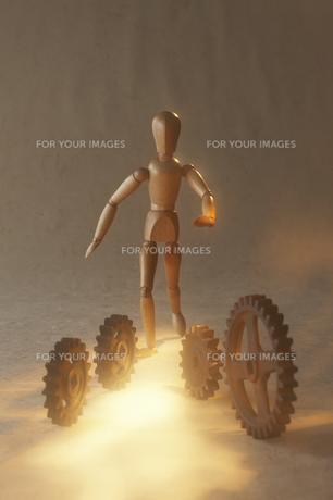 歯車を追いかける人形の素材 [FYI00961644]