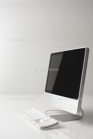 白い背景に置かれたパソコンの素材 [FYI00961670]