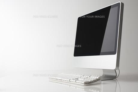 白い背景に置かれたパソコンの素材 [FYI00961690]