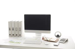 白い机のパソコンの素材 [FYI00961711]