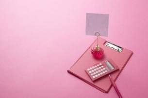 ピンク色のバインダーとピンク色の小物の素材 [FYI00961728]