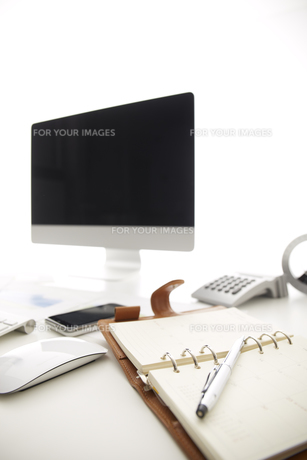 白い机のパソコンとノートの素材 [FYI00961788]