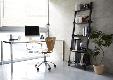ガラスのテーブルとナチュラル色の椅子と茶色い本棚の素材 [FYI00961798]