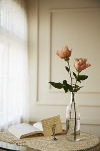 ガラスビンに生けた2本のバラの花の素材 [FYI00961946]