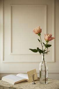 ガラスビンに生けた2本のバラの花の素材 [FYI00962017]