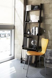 ナチュラル色の椅子と茶色の本棚の素材 [FYI00962145]
