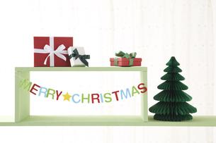 メリークリスマスのロゴとクリスマスプレゼントの素材 [FYI00962155]