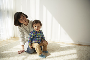 お母さんの膝に座る男の子の素材 [FYI00962317]