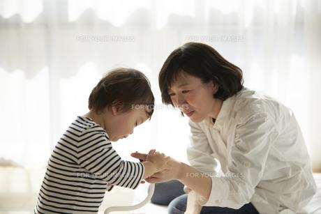 お母さんと遊ぶ男の子の素材 [FYI00962540]