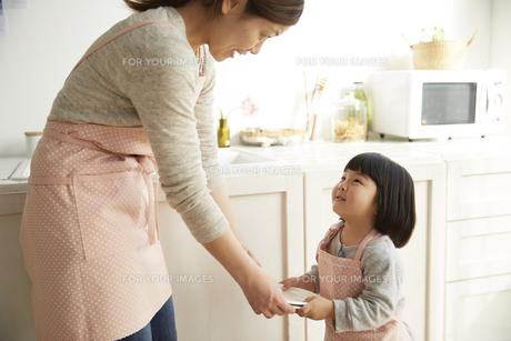 お姉さんからお皿を受け取る女の子の素材 [FYI00962545]