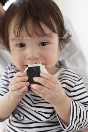 おにぎりを食べる男の子とお母さんの素材 [FYI00962569]