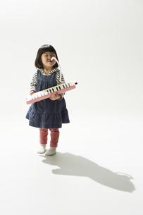 ピアニカを吹く女の子の素材 [FYI00962571]