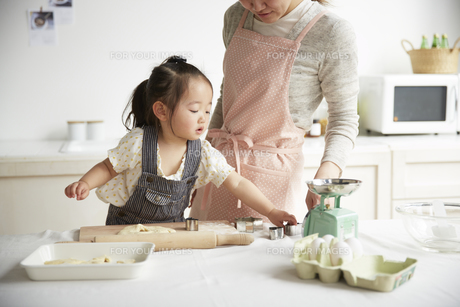 お姉さんと料理をする女の子の素材 [FYI00962583]