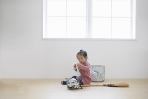 洗濯物をたたむ女の子の素材 [FYI00962622]