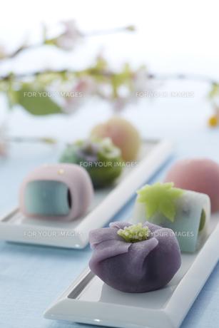 パステルカラーの和菓子とあられの素材 [FYI00962665]