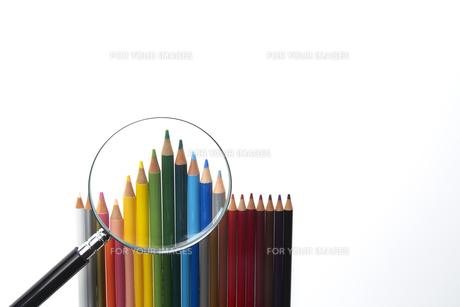 カラフルなイロ鉛筆と虫眼鏡の素材 [FYI00962683]