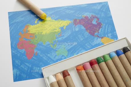 世界地図とクレヨンの素材 [FYI00962704]