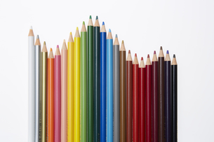波のように並ぶカラフルなイロ鉛筆の素材 [FYI00962709]