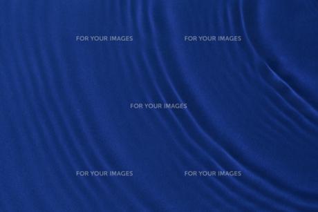 濃いブルーの波紋の素材 [FYI00962715]