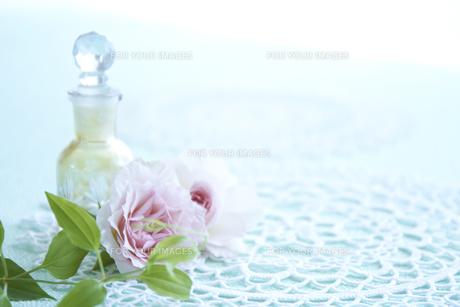 バラと化粧小瓶の素材 [FYI00962728]