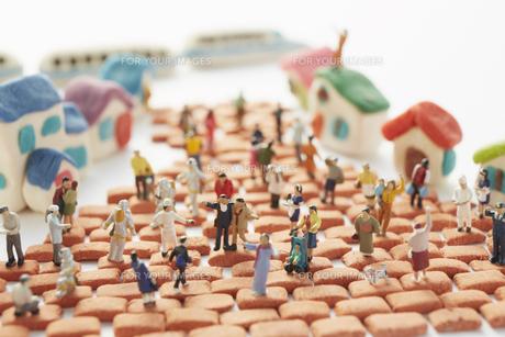 粘土の家とレンガと沢山の人形の素材 [FYI00962747]