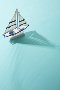 水面に浮くオモチャのヨットの素材 [FYI00962761]