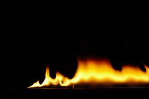 横一列に燃える炎の素材 [FYI00962817]