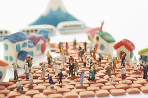 粘土の家とレンガと沢山の人形の素材 [FYI00962829]