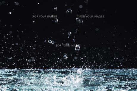 黒い背景で飛び散る水の素材 [FYI00962848]