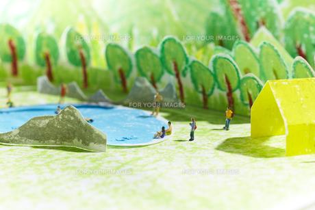 森の中の池で遊ぶ多くの人形の素材 [FYI00962898]