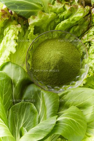 野菜とグラスに入った緑色の粉末の素材 [FYI00962906]