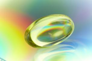 虹色に光るビタミンのカプセルの素材 [FYI00962920]