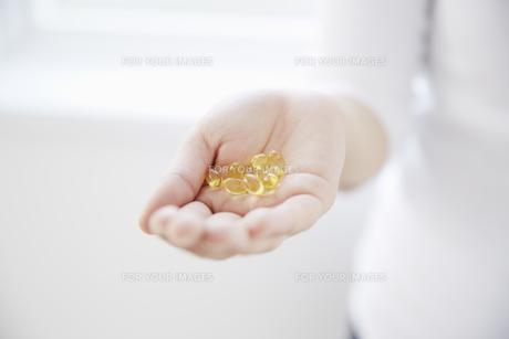 手のひらのビタミンカプセルの素材 [FYI00962937]