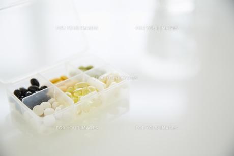 ケースに入った各種ビタミン剤の素材 [FYI00962943]