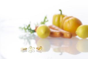 ビタミンカプセルと野菜の素材 [FYI00962947]
